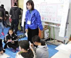 浜寺石津小学校にて開催された地域イベント『地域ふれあい餅つき大会』に本学学生が参加しました。